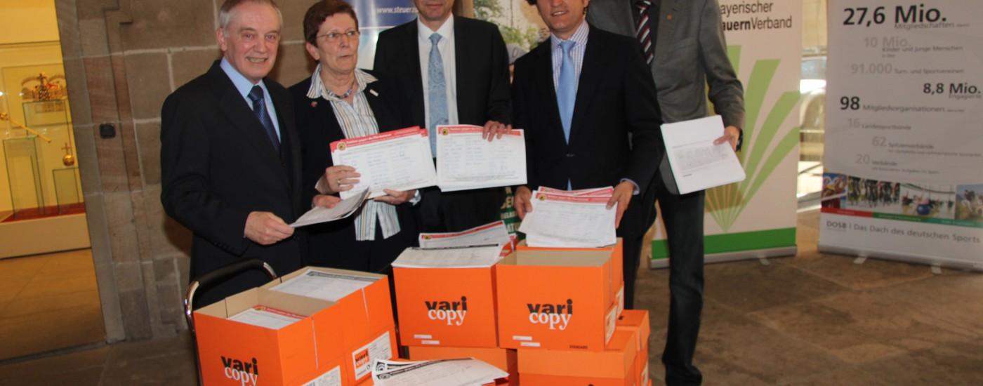 Übergabe der Petition gegen die Pferdesteuer