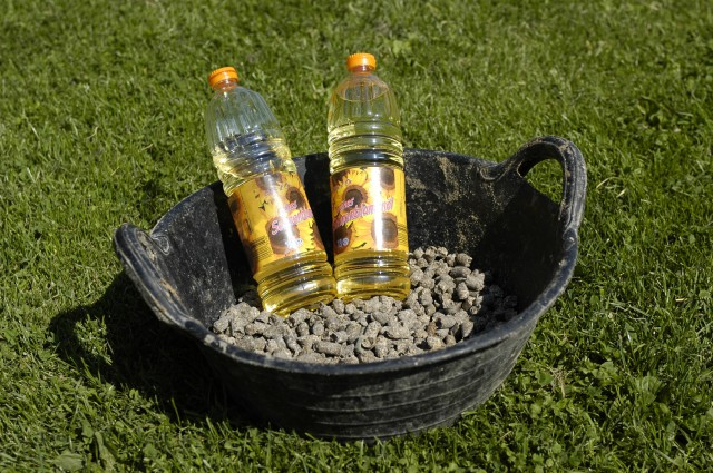 Energiereiches Futter für magere Pferde: Rübenschnitzel und Pflanzenöl.